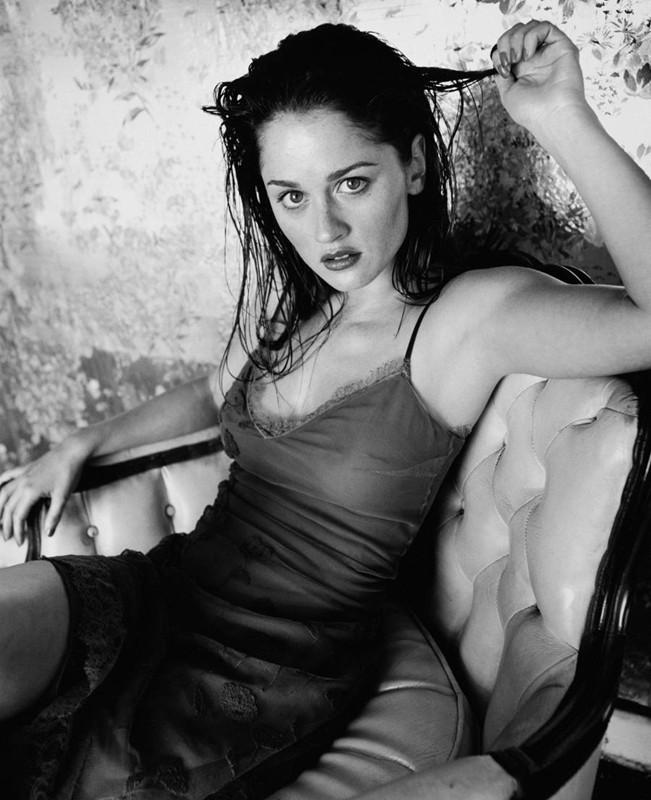 Robin Tunney in una foto sexy in bianco e nero