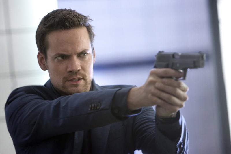 Shane West armato di pistola in una scena dell'episodio 2.0 di Nikita