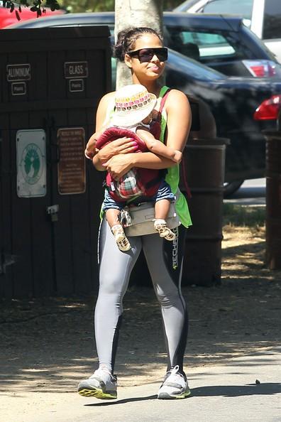 Una sportiva Christina Milian con la figlia Violet fa una passeggiata per Los Angeles