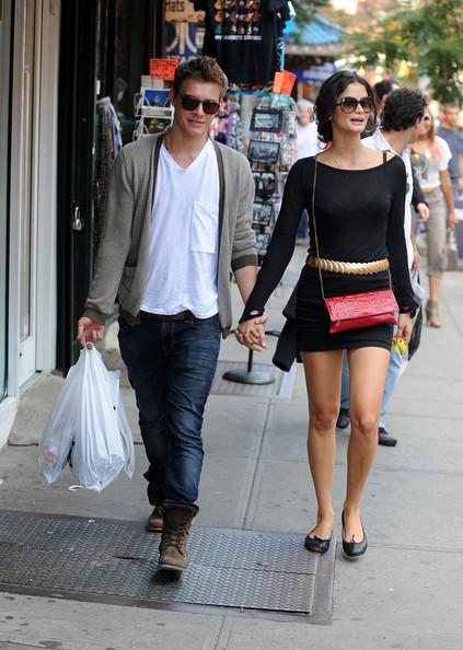 Xavier Samuel passeggia assieme alla propria ragazza