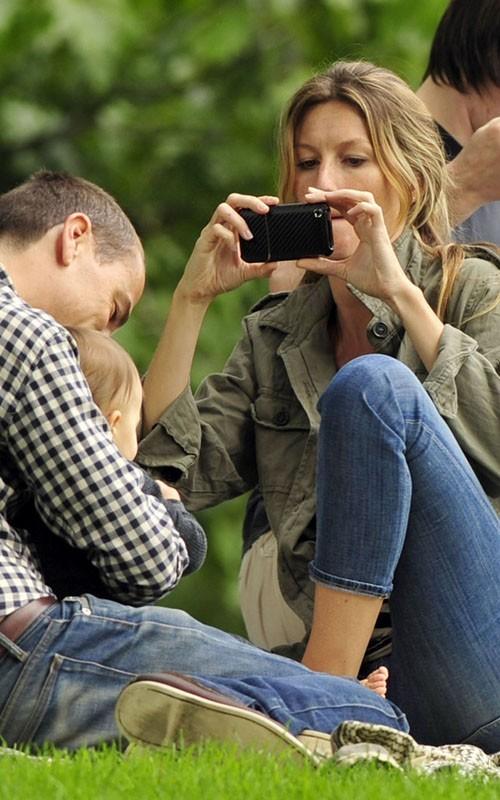 Gisele Bundchen fotografa il figlio al Parco