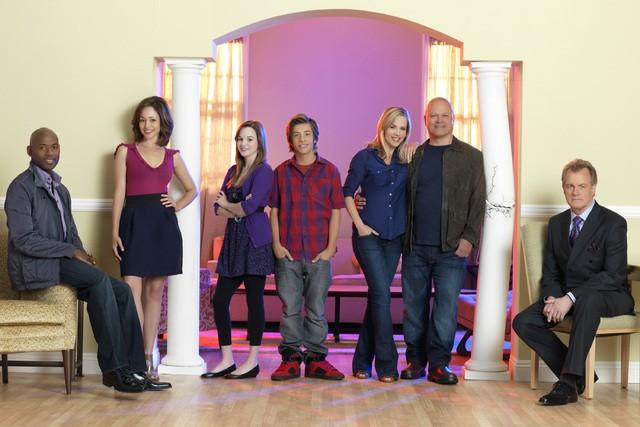 Il cast di No Ordinary Family in una immagine promozionale della serie