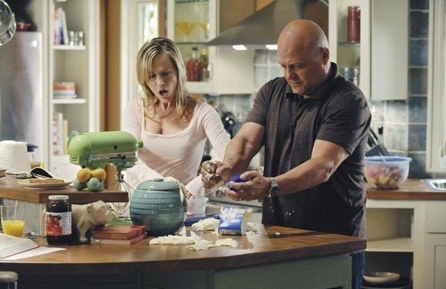 Julie Benz e Michael Chiklis in una scena dell'episodio No Ordinary Marriage di No Ordinary Family