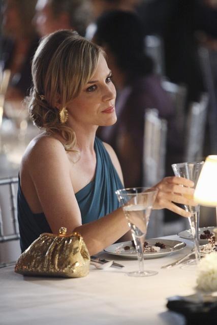 Julie Benz in un momento dell'episodio No Ordinary Ring di No Ordinary Family