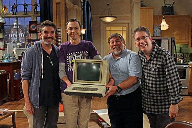 La guest star Steve Wozniak con Jim Parsons nell'episodio The Cruciferous Vegetable Amplification di The Big Bang Theory