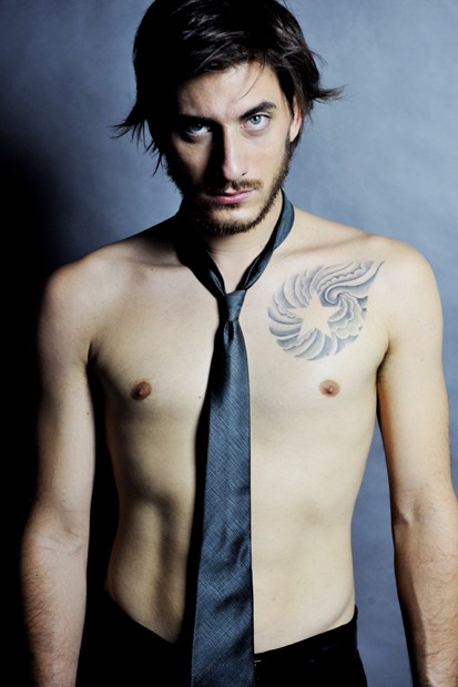 Luca Marinelli a torso nudo