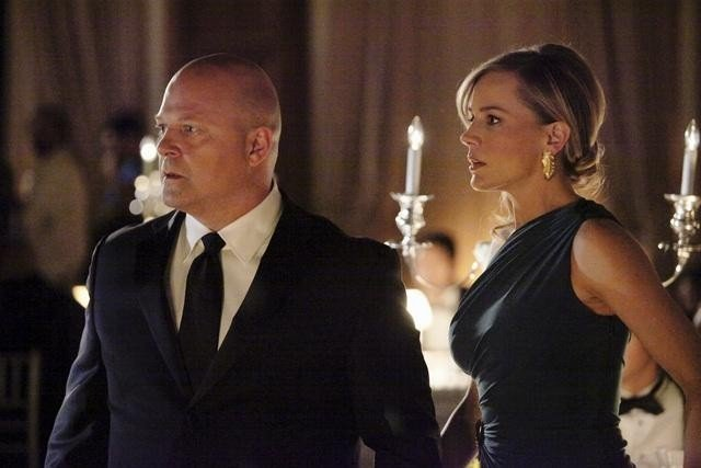 Michael Chiklis e Julie Benz in una scena dell'episodio No Ordinary Ring di No Ordinary Family