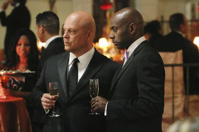 Michael Chiklis e Romany Malco nell'episodio No Ordinary Ring di No Ordinary Family