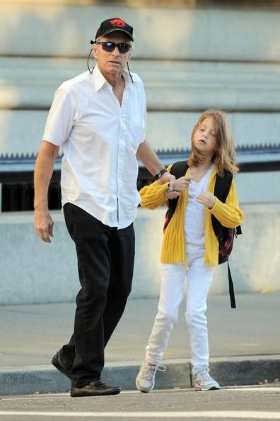 Michael Douglas porta la figlia Carys a scuola a New York