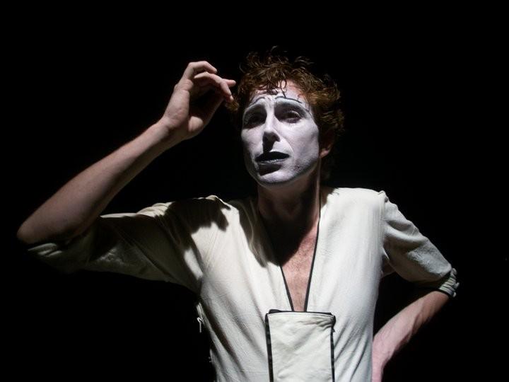 primo piano scattato durante lo spettacolo di mimo ideato e interpretato da Adriano Braidotti