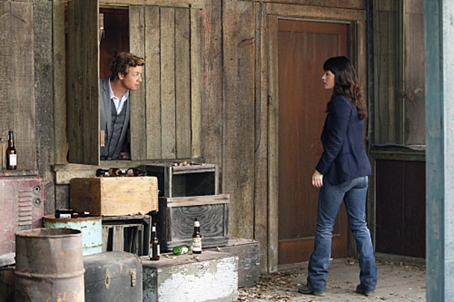 Simon Baker e Robin Tunney nell'episodio Cackle-Bladder Blood di The Mentalist
