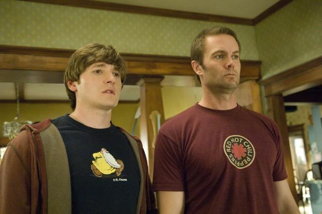 Garret Dillahunt e Lucas Neff in una scena del pilot della serie Raising Hope