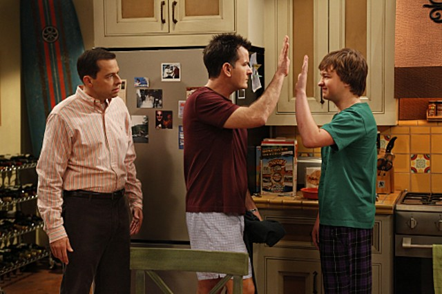 Jon Cryer, Charlie Sheen ed Angus T. Jones nell'episodio Three Girls and a Guy Named Bud di Due uomini e mezzo