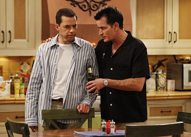 Jon Cryer e Charlie Sheen nell'episodio Three Girls and a Guy Named Bud di Due uomini e mezzo