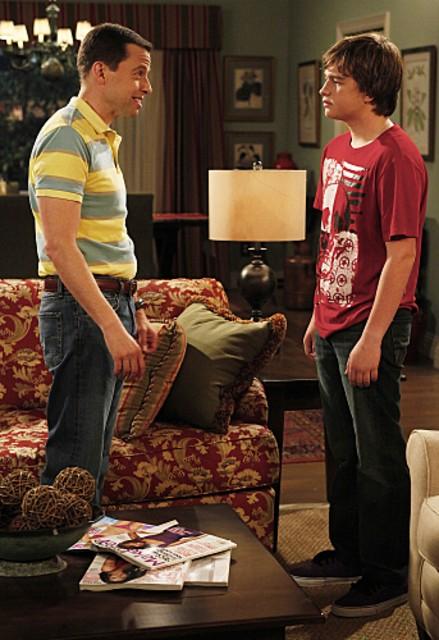 Jon Cryer ed Angus T. Jones Sheen nell'episodio Three Girls and a Guy Named Bud di Due uomini e mezzo