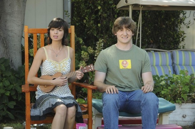Lucas Neff e Kate Micucci in una scena dell'episodio Dead Tooth della serie Raising Hope