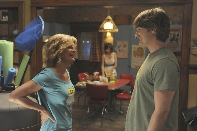 Lucas Neff e Martha Plimpton in una scena dell'episodio Dead Tooth della serie Raising Hope