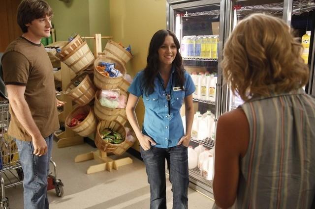Lucas Neff e Shannon Woodward in una scena dell'episodio Dead Tooth della serie Raising Hope