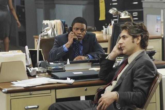 Michael Imperioli e Jon Michael Hill nel pilot della serie Detroit 1-8-7