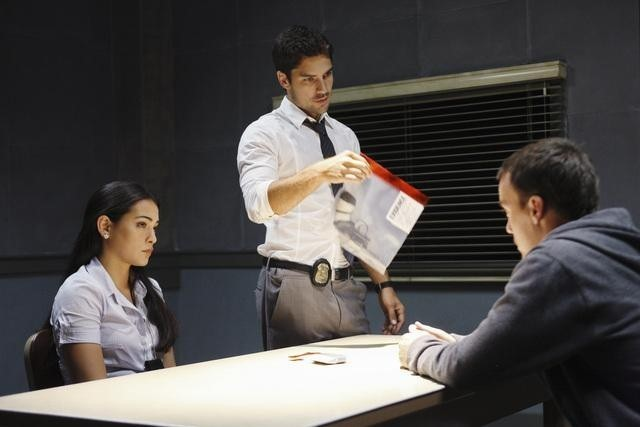 Natalie Martinez, D.J. Cotrona e Mike Foy nell'episodio Local Hero/Overboard di Detroit 1-8-7