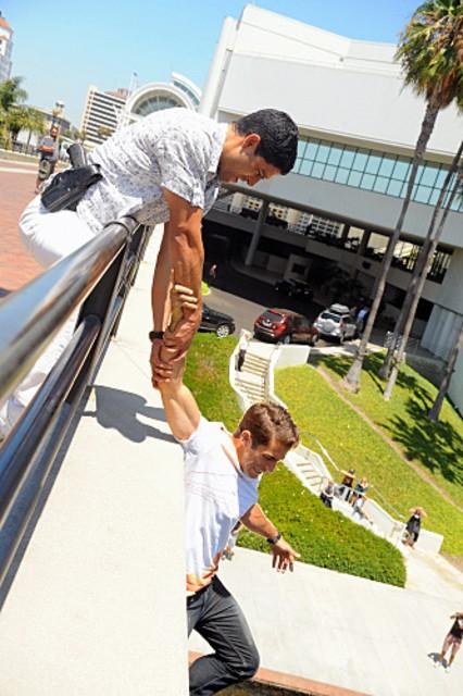 Adam Rodriguez e Jonathan Togo in una scena dell'episodio Sudden Death di CSI Miami