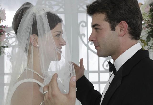 Adrianne Palicki e James Wolk nell'episodio Unveiled di Lone Star