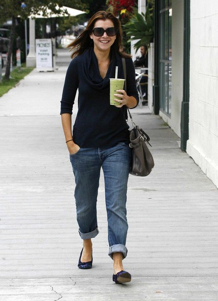 Alyson Hannigan con caffè in mano passeggia per Los Angeles