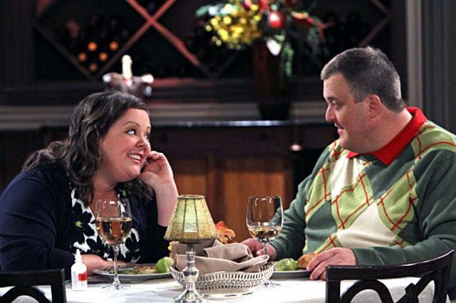 Billy Gardell e Melissa McCarthy in un momento dell'episodio First Date di Mike and Molly