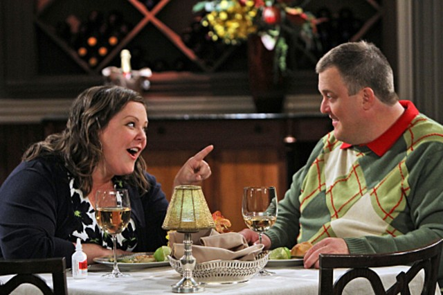 Billy Gardell e Melissa McCarthy in una scena dell'episodio First Date di Mike and Molly