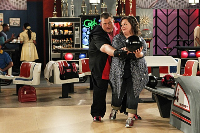 Billy Gardell e Melissa McCarthy nell'episodio First Kiss di Mike and Molly
