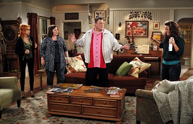 Billy Gardell, Melissa McCarthy, Swoosie Kurtz e Katy Mixon nell'episodio First Kiss di Mike and Molly