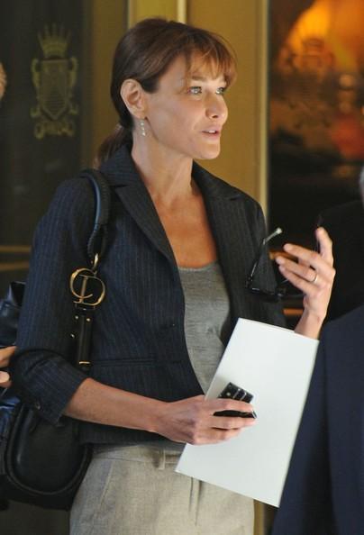 Carla Bruni lascia il suo albergo nell'Upper East Side con il figlio di Sarkozy