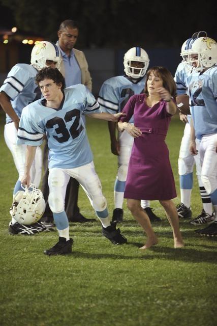 Charlie McDermott e Patricia Heaton nell'episodio Homecoming di The Middle