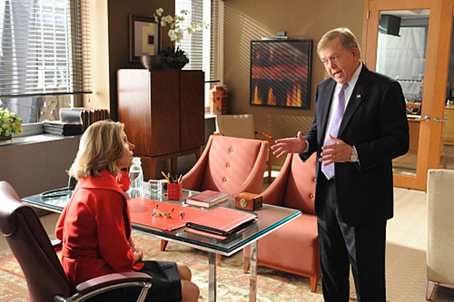 Christine Baranski con la guest star Lou Dobbs nell'episodio Double Jeopardy di The Good Wife