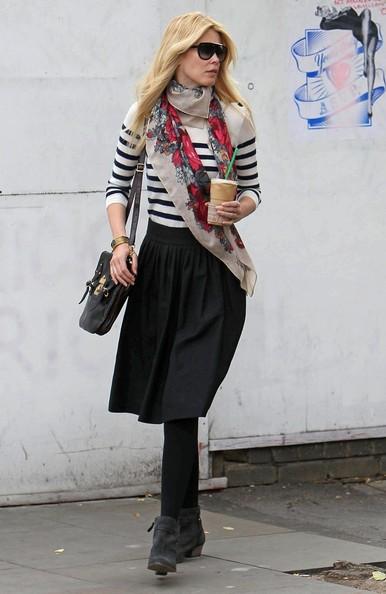 Claudia Schiffer con caffè in mano fuori dalla scuola dei figli