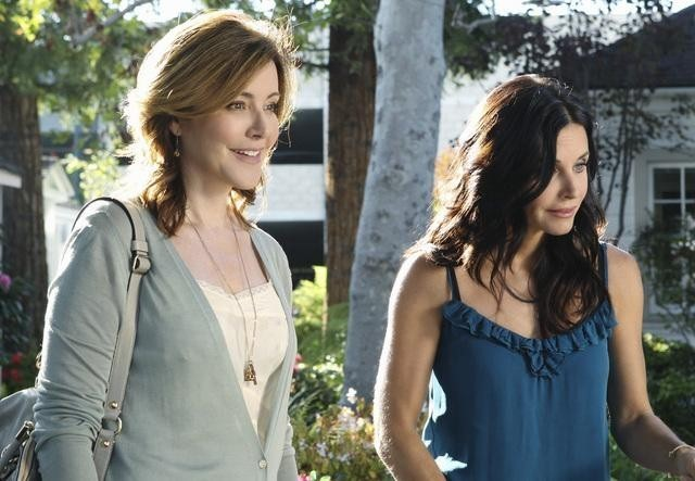 Courteney Cox e Christa Miller nell'episodio All Mixed Up di Cougar Town