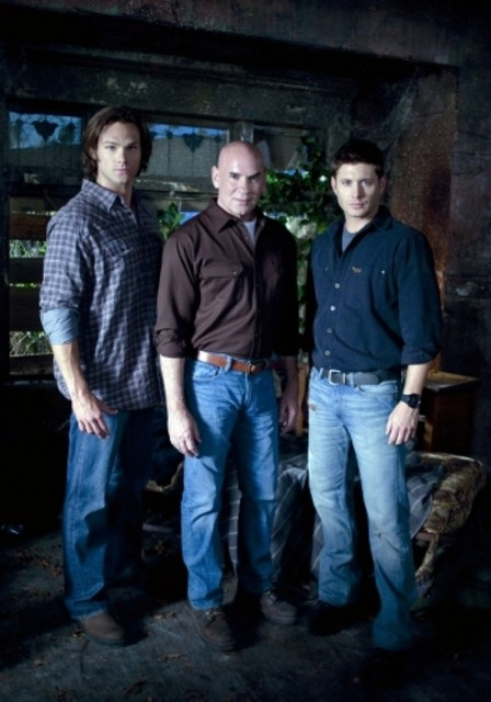 Jensen Ackles, Mitch Pileggi e Jared Padalecki in una foto dell'episodio Exile on Main Street di Supernatural