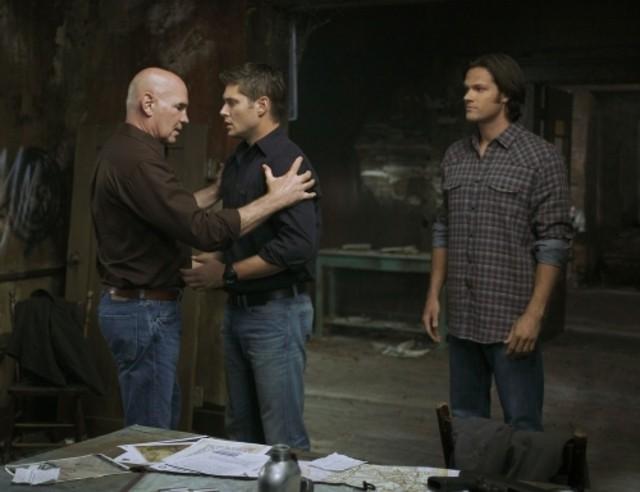Jensen Ackles, Mitch Pileggi e Jared Padalecki in una scena dell'episodio Exile on Main Street di Supernatural