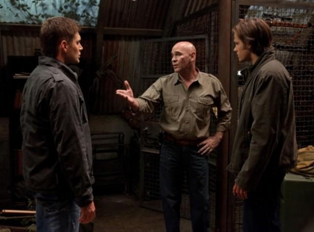 Jensen Ackles, Mitch Pileggi e Jared Padalecki nell'episodio Two and a Half Men di Supernatural