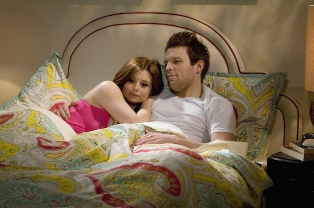 Joanna Garcia e Jake Lacy in una scena del pilot di Better with You