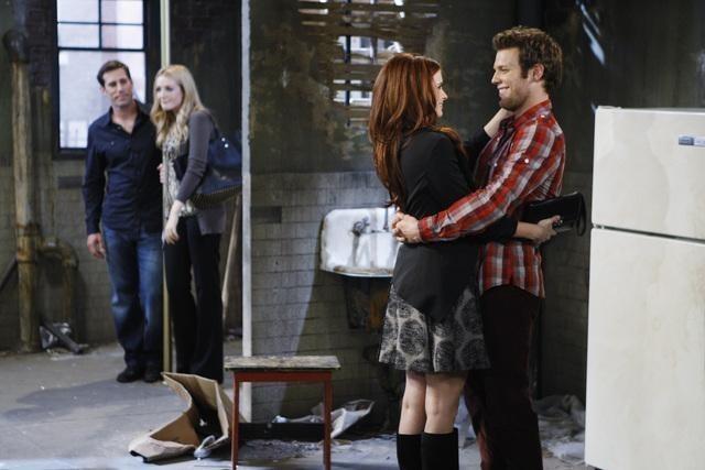 Joanna Garcia e Jake Lacy in una scena dell'episodio Better with Firehouse di Better with You