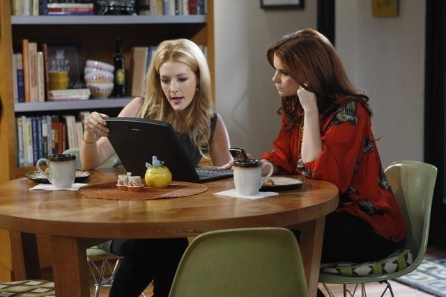 Joanna Garcia e Jennifer Finnigan in una scena dell'episodio Better with Firehouse di Better with You