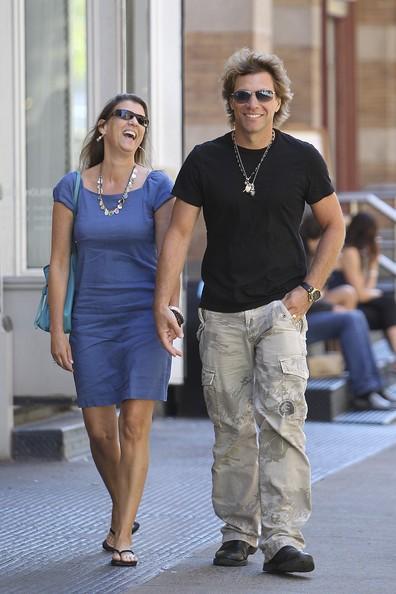 Jon Bon Jovi e la moglie Dorotea passeggiano mano nella mano per Soho