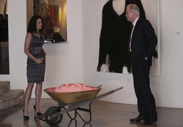 La guest star Andie MacDowell con Jon Voight in una scena dell'episodio Unveiled di Lone Star