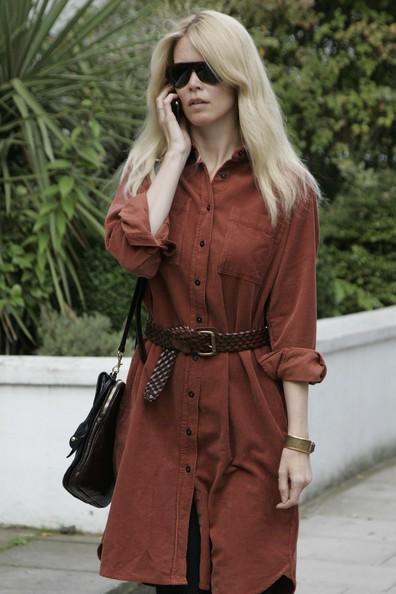 La top model Claudia Schiffer risponde al cellulare camminando per strada