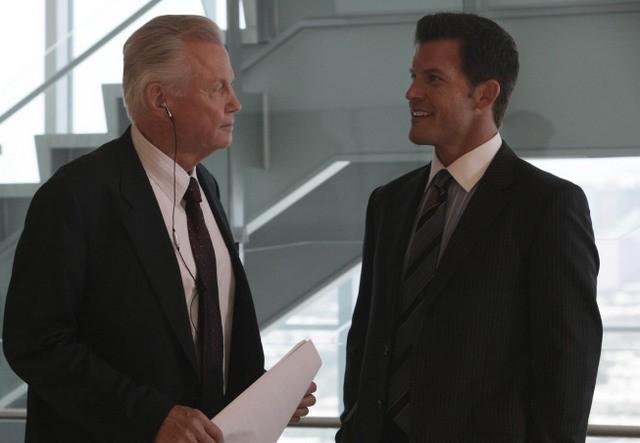 Mark Deklin e Jon Voight nell'episodio Unveiled di Lone Star