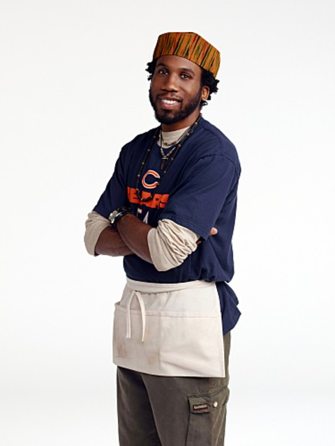 Nyambi Nyambi è Samuel in una foto promozionale di Mike and Molly