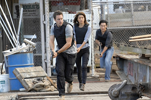 Alex O'Loughlin, Grace Park e Daniel Dae Kim nell'episodio Malama Ka Anna di Hawaii Five-0