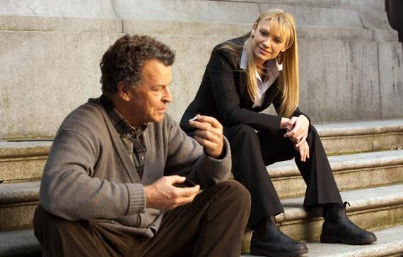 Anna Torv e John Noble in un momento dell'episodio Olivia di Fringe