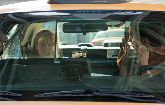 Anna Torv ed Andre Royo in una scena dell'episodio Olivia di Fringe